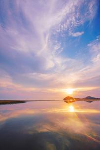 父母ヶ浜の水鏡と夕日の写真素材 [FYI02644973]