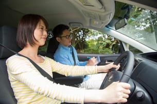 車を運転する若い女性と教習所教官の写真素材 [FYI02644986]