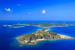 安室島と座間味島など慶良間諸島の空撮の写真素材 [FYI02645005]
