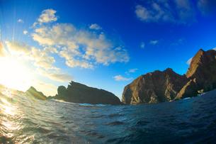 久場島の紺瀬の鼻の岩礁と夕日,魚眼の写真素材 [FYI02645008]