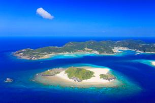 嘉比島と座間味島など慶良間諸島の空撮の写真素材 [FYI02645048]