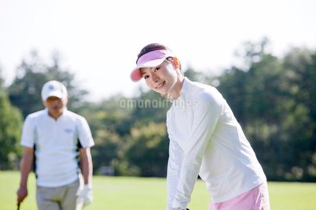 ゴルフをする女性の写真素材 [FYI02645070]