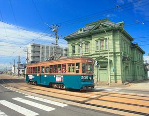 相馬株式会社社屋と函館市電の写真素材 [FYI02645106]