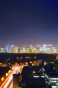 皇居と都心のビル群の夜景の写真素材 [FYI02645118]