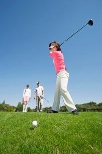ティーショットをするゴルフを楽しむ中高年女性の写真素材 [FYI02645146]