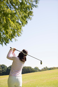 ゴルフをする中高年女性の写真素材 [FYI02645223]