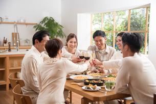 ワインとシャンパンで乾杯するホームパーティーの仲間の写真素材 [FYI02645231]