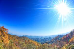 旧碓氷峠見晴台から望む妙義山などの山並みと紅葉,魚眼レンズの写真素材 [FYI02645290]