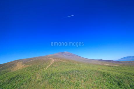 小浅間山から望む浅間山と飛行機雲の写真素材 [FYI02645293]
