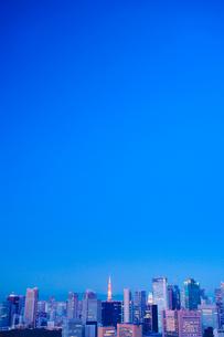 黎明の明石町から望む西南西方向のビル群と東京タワーと富士山の写真素材 [FYI02645423]