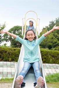 公園の滑り台の女の子2人の写真素材 [FYI02645502]