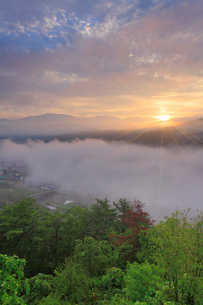 丸子城跡の二の郭跡から望む浅間山と雲海と朝日の写真素材 [FYI02645521]