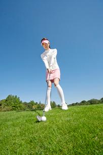 ティーショットをするゴルフを楽しむ中高年女性の写真素材 [FYI02645536]