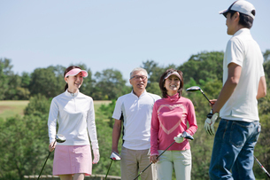ゴルフコースを回るグループの写真素材 [FYI02645553]