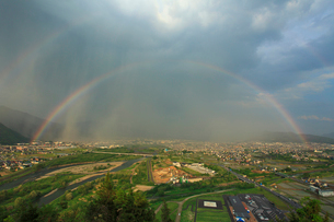 千曲公園から望む千曲川と上田市街と上田原古戦場と虹の写真素材 [FYI02645580]