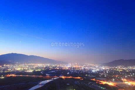 黎明の千曲公園から望む千曲川と上田市街と上田原古戦場の写真素材 [FYI02645630]