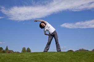 公園で体操をする中高年女性の写真素材 [FYI02645644]