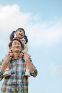娘を肩車する笑顔の父の写真素材 [FYI02645678]