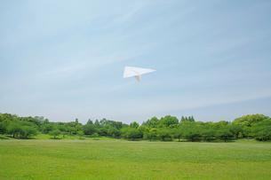 青空と紙飛行機の写真素材 [FYI02645737]