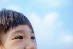 青空と女の子の目元の写真素材 [FYI02645747]