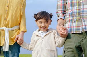 両親の手を握り笑う女の子の写真素材 [FYI02645749]