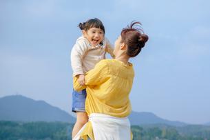 娘を抱き上げる母の写真素材 [FYI02645808]