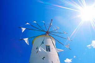 ギリシャ風車と太陽の光芒の写真素材 [FYI02645844]