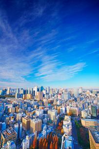 明石町から望む西方向のビル群とすじ雲の写真素材 [FYI02645887]