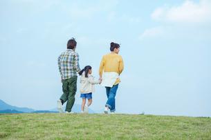 手をつなぎ歩く親子の後ろ姿の写真素材 [FYI02645924]