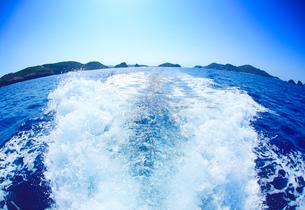 航跡と神の浜展望台など慶良間諸島遠望,魚眼の写真素材 [FYI02645950]