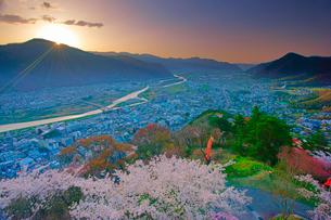 桜咲く荒砥城跡から望む千曲川上流方向と朝日の写真素材 [FYI02646006]