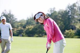 ゴルフをする中高年女性の写真素材 [FYI02646036]