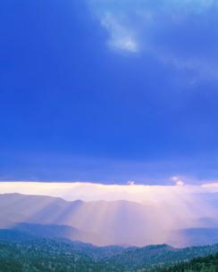 大仏岳方向の山並と光芒の写真素材 [FYI02646043]