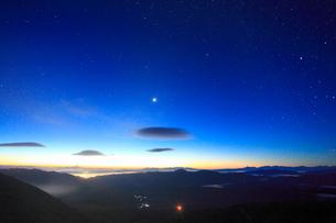 富士見岳から望む夜明けの甲斐駒ケ岳などの山並みの写真素材 [FYI02646144]