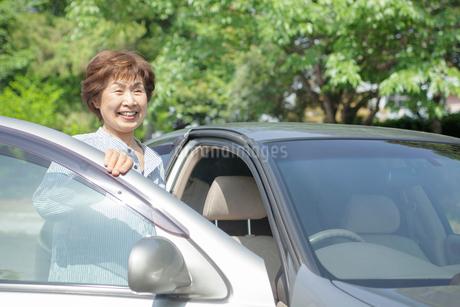 自動車と笑顔のシニア女性の写真素材 [FYI02646193]