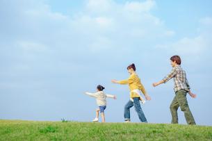 丘を歩く日本人家族の写真素材 [FYI02646247]