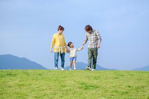 手をつなぎ歩く日本人家族の写真素材 [FYI02646303]