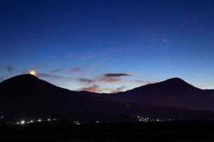 薄暮の女神岳と夫神岳と地球照の月の写真素材 [FYI02646341]