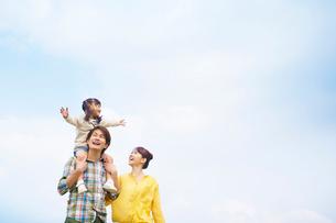 寄り添う笑顔の日本人家族の写真素材 [FYI02646356]