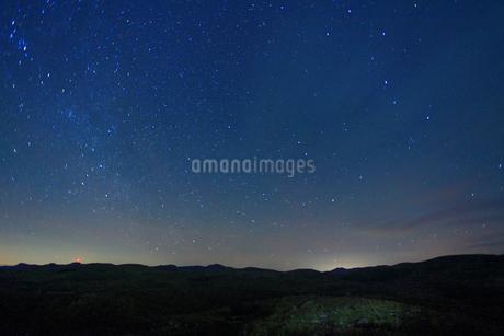 カルスト展望台から望む桂木山などの山並みと星空の写真素材 [FYI02646372]