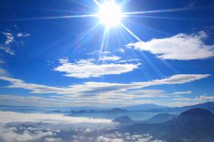 雲海と太陽と蓼科山と夫神岳と独鈷山の写真素材 [FYI02646400]