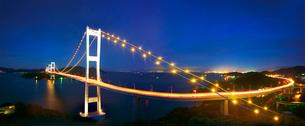糸山公園展望台から望む来島海峡大橋の夜景のパノラマの写真素材 [FYI02646518]