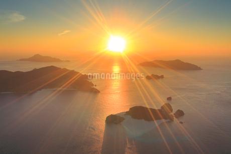 嘉比島など慶良間諸島の空撮夕景の写真素材 [FYI02646568]