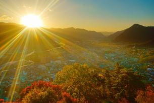 荒砥城跡から望む千曲川上流側と紅葉の樹林と朝日の写真素材 [FYI02646666]