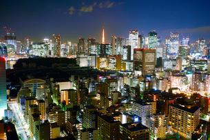 明石町から望む西南西方向のビル群と東京タワーと沈む三日月の写真素材 [FYI02646687]