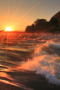 神川合戦地の千曲川と朝日の写真素材 [FYI02646710]