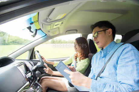 車を運転する若い女性と教習所教官の写真素材 [FYI02646834]