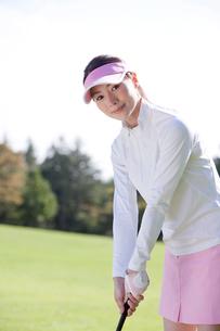 ゴルフをする女性の写真素材 [FYI02646837]