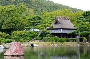 琴の浦 温山荘園 東池から浜座敷を見るの写真素材 [FYI02646865]