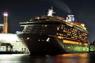 神戸 VOYAGER OF THE SEASが神戸港を夜出港の写真素材 [FYI02646885]